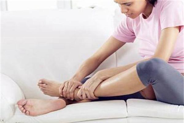 为什么久坐脚会肿发麻?发麻是由于长期不动
