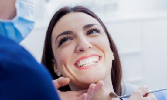 牙齿的白净提升个人的好感 美白牙齿平时多嚼花生