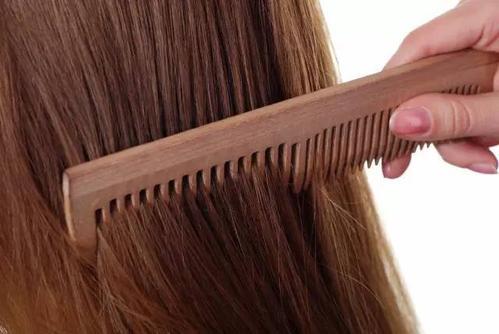 坚持梳头养生半年的感受,了解一下梳头的优点和梳头的常见问题